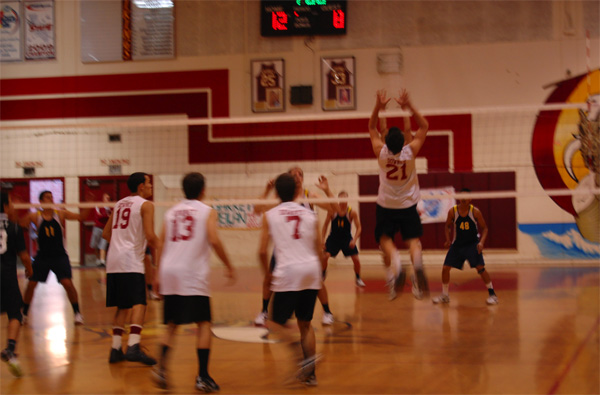 Boys Volleyball face a Warren defeat