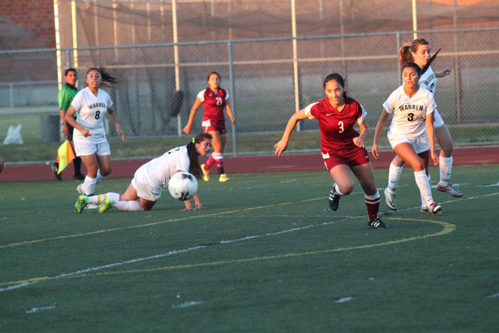 Girls soccer beats Warren to secure league title