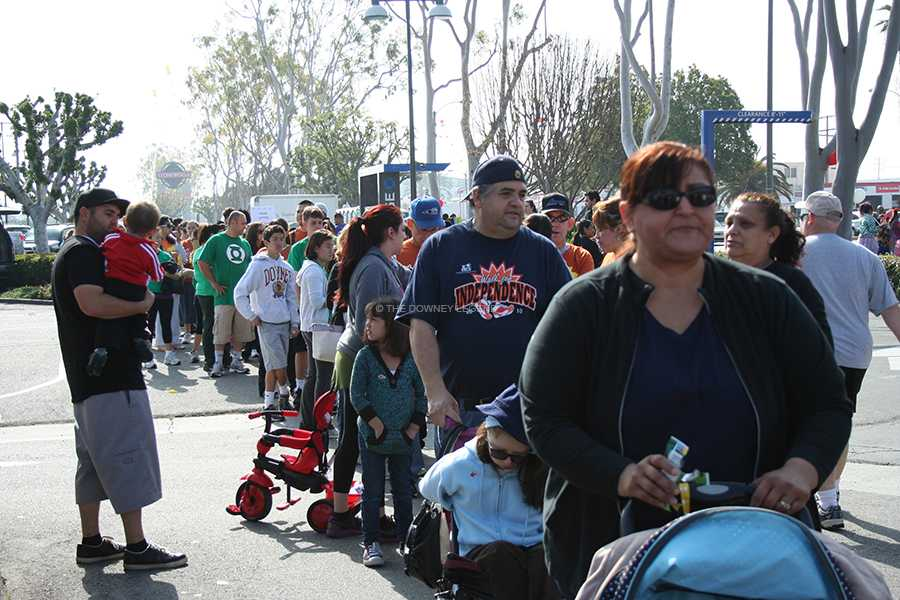Participants+from+the+Arc+Walk+wait+in+line+in+front+of+Acapulco+Mexican+Restaurant+to+get+their+burritos+for+lunch+after+finishing+the+event.+The+Arc+Walk+is+an+annual+event+that+donates+its+profits+to+the+disabled+who+work+at+The+Arc+located+on+Washburn+Road.+++