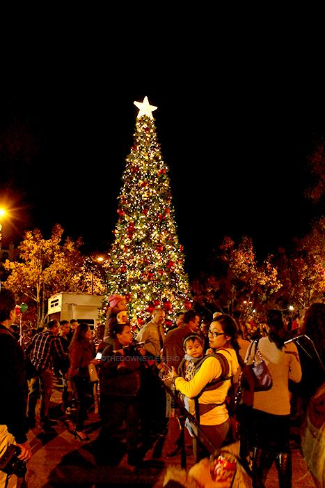 On+Dec.+8%2C+parents+and+children+gather+around+to+see+the+annual+tree+lighting+in+the+City+Hall+parking+lot.+Students+from+different+schools%2C+ranging+from+elementary+to+high+school%2C+performed+Christmas+carols.
